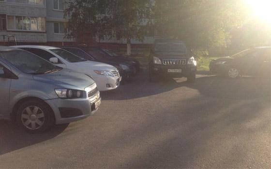 В брянском дворе развернулась парковочная война