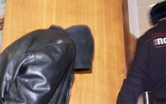 Житель Трубчевска крушил асфальт кувалдой и пнул полицейского