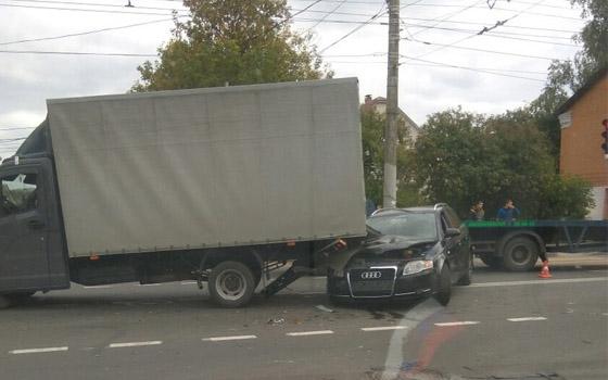 На Станке Димитрова в Брянске Audi влетела под грузовую «ГАЗель»