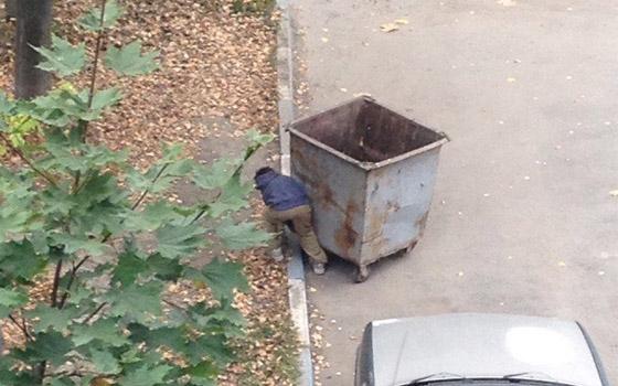 В Брянске цыган сфотографировали во время кражи мусорного бака