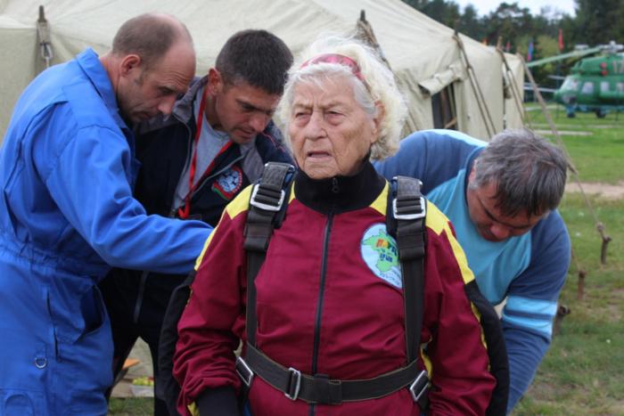 Белгородский ветеран Мария Колтакова снялась в телешоу «Старше всех» и два раза прыгнула с парашютом