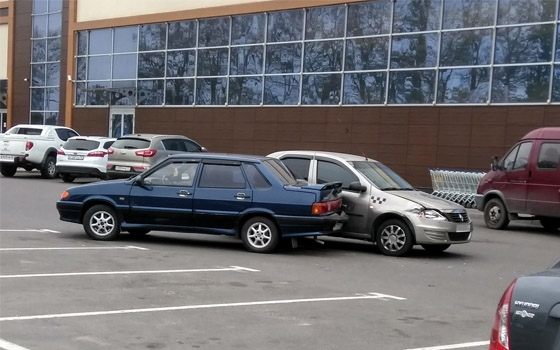 На полупустой парковке у «Ленты» в Брянске столкнулись «ВАЗ» и такси