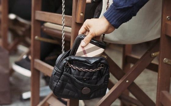 У жительницы Брянска в кафе украли деньги и телефон