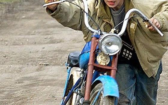 Школьник на мопеде на ходу обокрал пенсионерку из Погара
