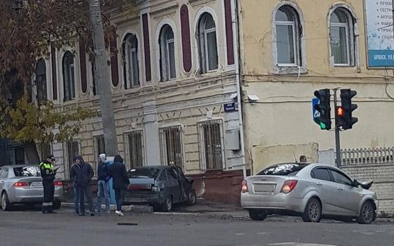 На Калинина в Брянске «ВАЗ» едва не въехал в дом