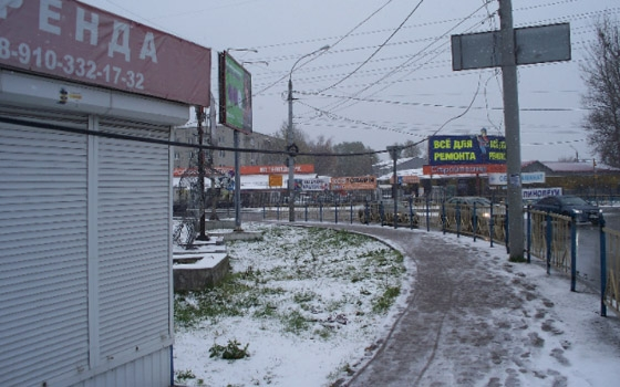У остановки на телецентре в Брянске пешеходов пугает свисающий провод