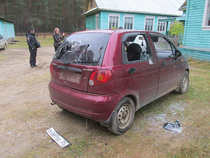 Вологжанин изрубил топором машину директора школы на глазах у детей