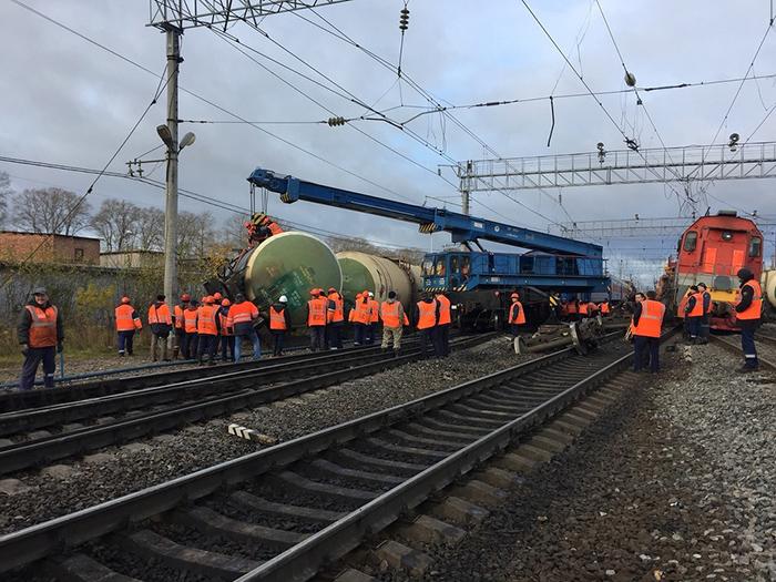 По железнодорожному пути, на который сегодня рухнули шесть вагонов, прошел первый пассажирский поезд