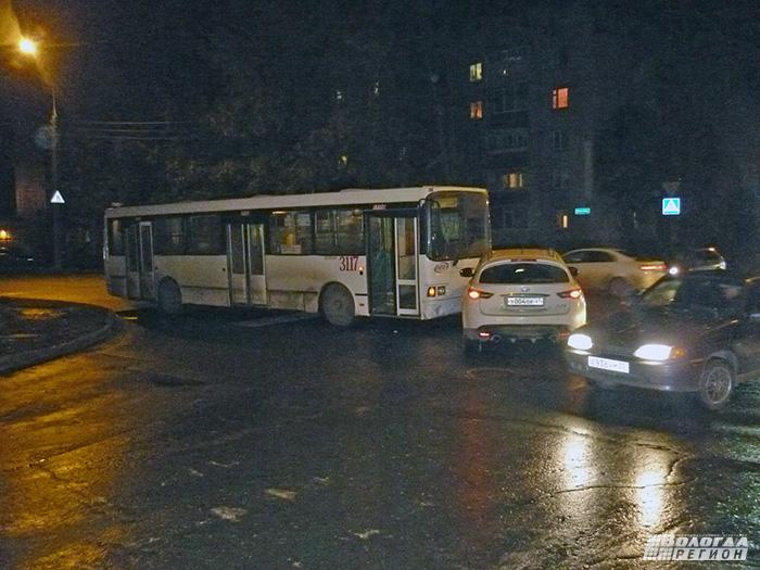 В центре Вологды кроссовер столкнулся с пассажирским автобусом № 8