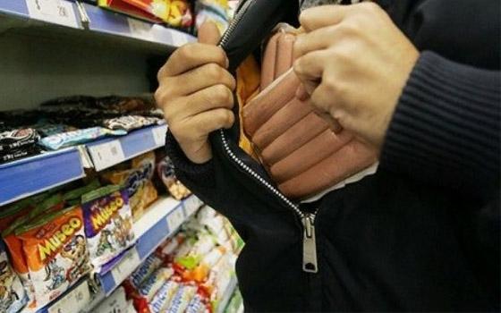Студент с другом пытались украсть еду из супермаркета в Брянске
