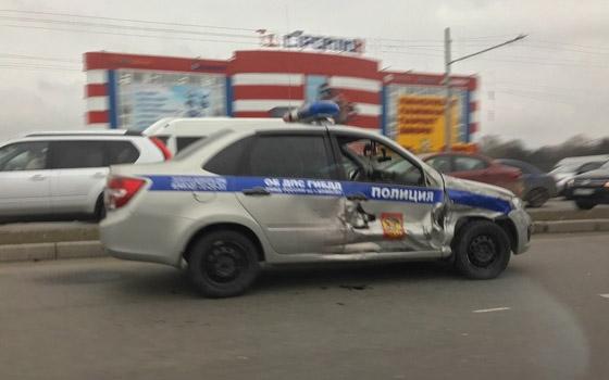У «Линии» в Брянске столкнулись Renault и машина ДПС