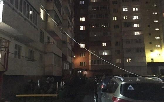 В Брянске сфотографировали привязанную к многоэтажке машину