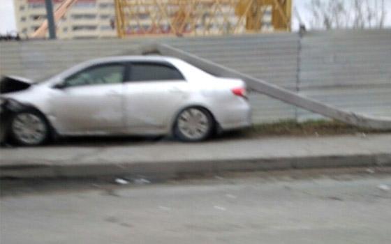 На Флотской в Брянске на Toyota рухнул столб