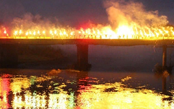 В Брянске футбольные фанаты устроили фаер-шоу на Черном мосту