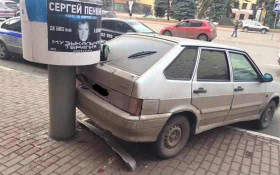 На площади Ленина в Брянске «ВАЗ» задом влетел в столб