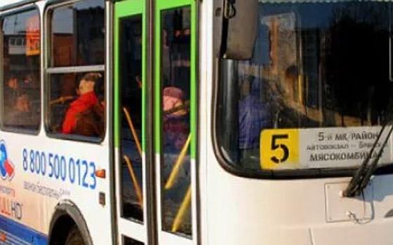 Девушка сломала руку в автобусе № 5 в Брянске