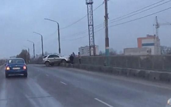 На Новостройке в Брянске машина едва не вылетела с путепровода