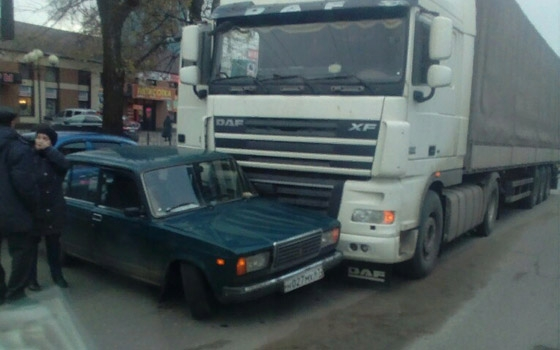 На стальзаводе в Брянске фура «забодала» «ВАЗ»