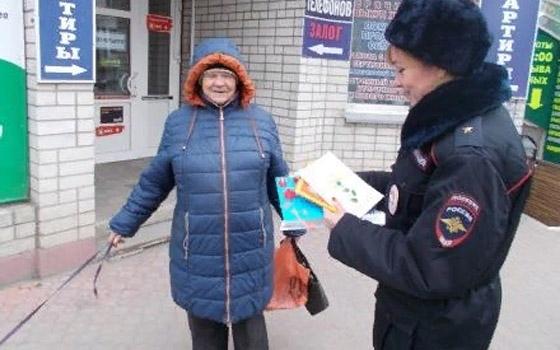 В Брянске пешеходов учили переходить дорогу по «зебрам»