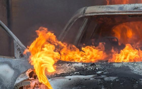 Под Брянском Renault вылетел с дороги, врезался в гараж и загорелся
