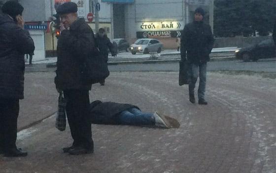 Молодой человек лежал на тротуаре у площади Партизан в Брянске