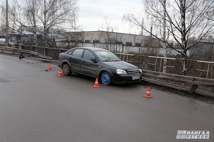В Вологде нетрезвый водитель иномарки протаранил забор на мосту