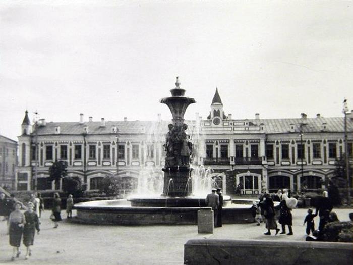 Памятник на площади Революции заменят фонтаном
