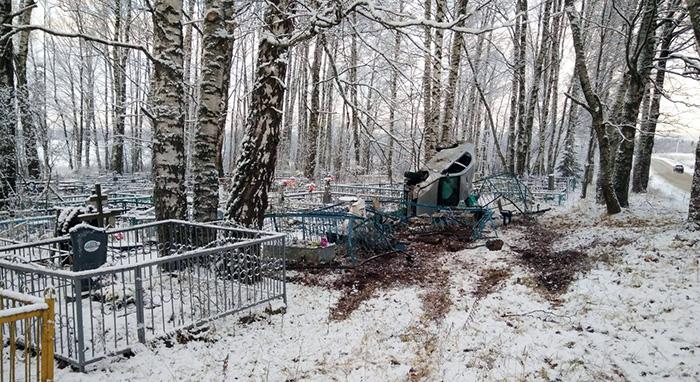 В Вологодской области иномарка улетела с дороги прямо на кладбище