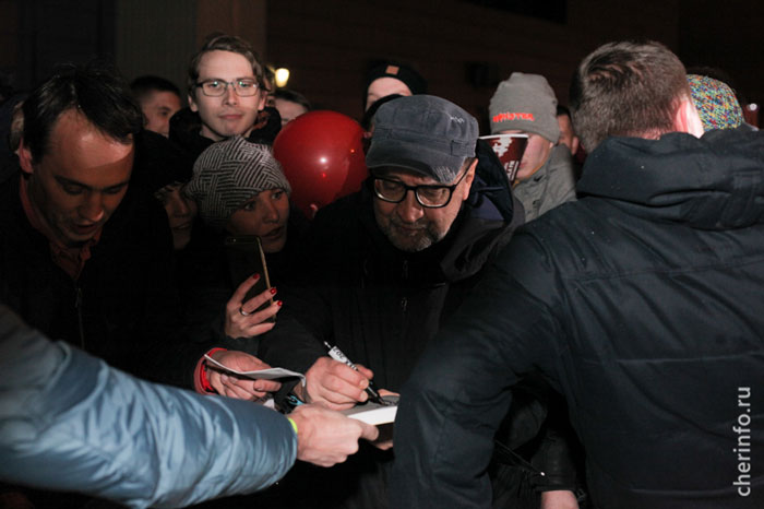 Юрию Шевчуку на концерте в Череповце подарили торт с надписью DDT