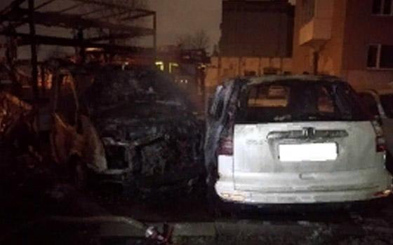 В Фокинском районе Брянска сгорели две припаркованные рядом машины