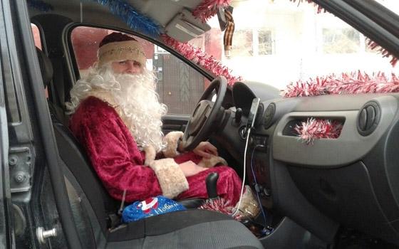 В Брянске таксист завлекает пассажиров в образе Деда Мороза