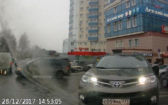 Два упрямых водителя бодались у «Мельницы» в Брянске